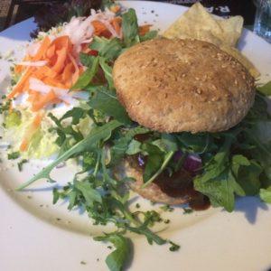 Popeye-Burger mit Couscous-Salat